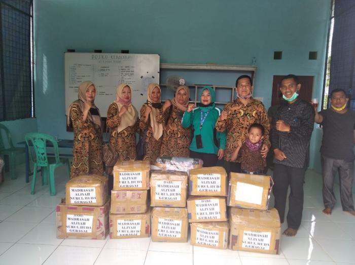 MA Nurul Huda serahkan 24 Paket Sembako dan Pakaian ke Korban Kebakaran