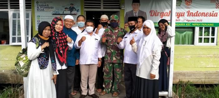 Kantor Kemenag Tanjab Timur serahkan 110 Eksemplar Al-Quran Ke Desa Labuhan Pering